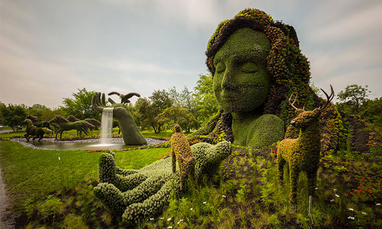 des sculptures vegetales monumentales installees dans les jardins de montreal